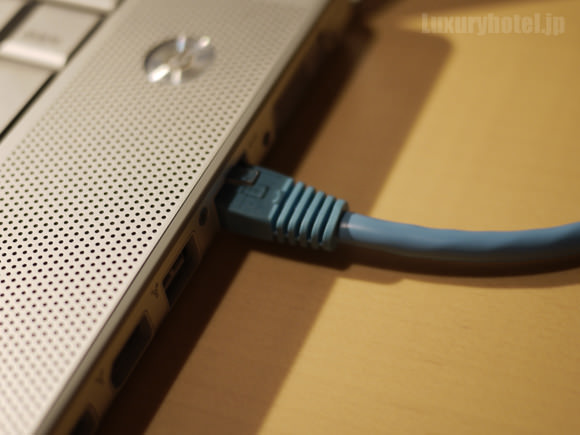 MacBook Proのイーサーネット端子に接続した画像