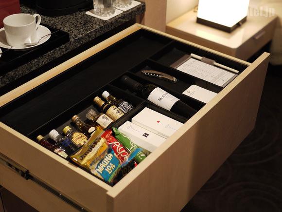 食器棚の下にあるお酒やお菓子類の画像