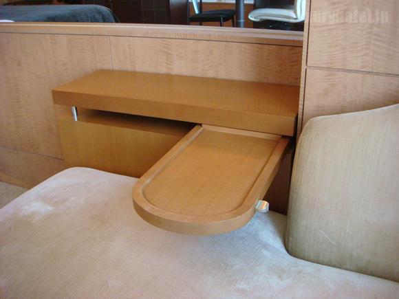 シャングリ・ラホテル東京ソファーの引き出しテーブル
