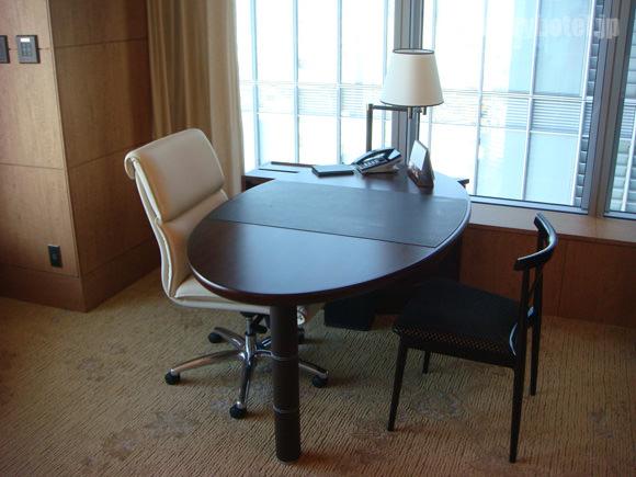 シャングリ・ラホテル東京イスとテーブル画像