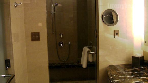 シャングリ・ラ ホテル 東京バスルーム入り口からの画像