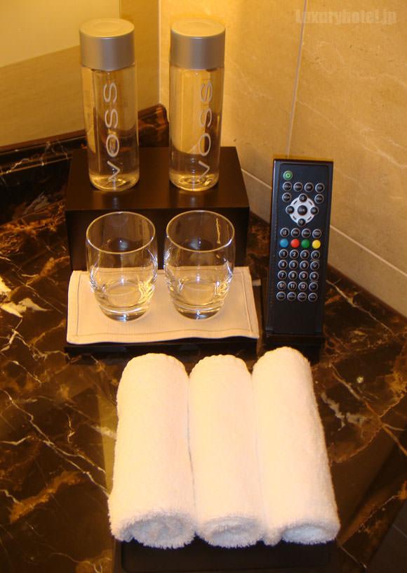 シャングリ・ラ ホテル 東京 ペットボトルとリモコン画像