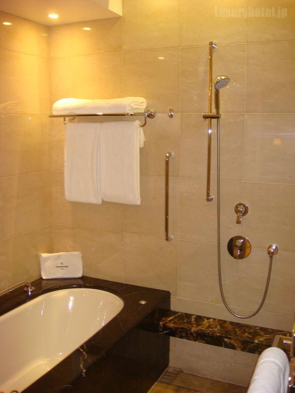 シャングリ・ラ ホテル 東京バスルームバスタブ画像1