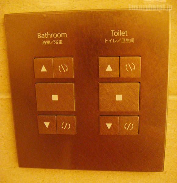 シャングリ・ラ ホテル 東京 バスルームのブラインド操作パネル画像
