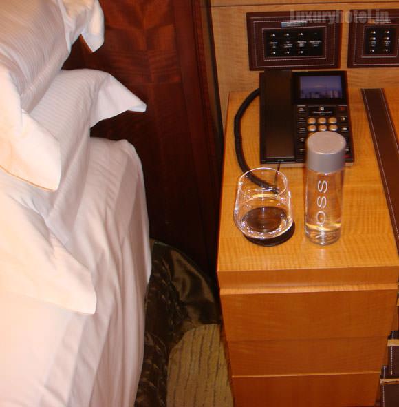 シャングリ・ラ ホテル 東京 ターンダウン ベッドサイド画像