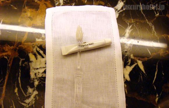 シャングリ・ラ ホテル 東京 ターンダウン 歯ブラシ画像