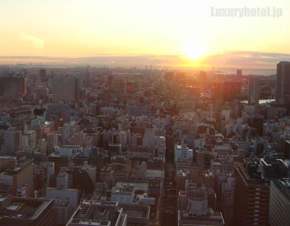 シャングリ・ラ ホテル 東京 プレミアルーム朝焼け画像