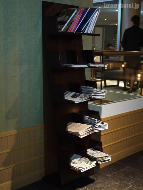 ラウンジ入り口の本棚