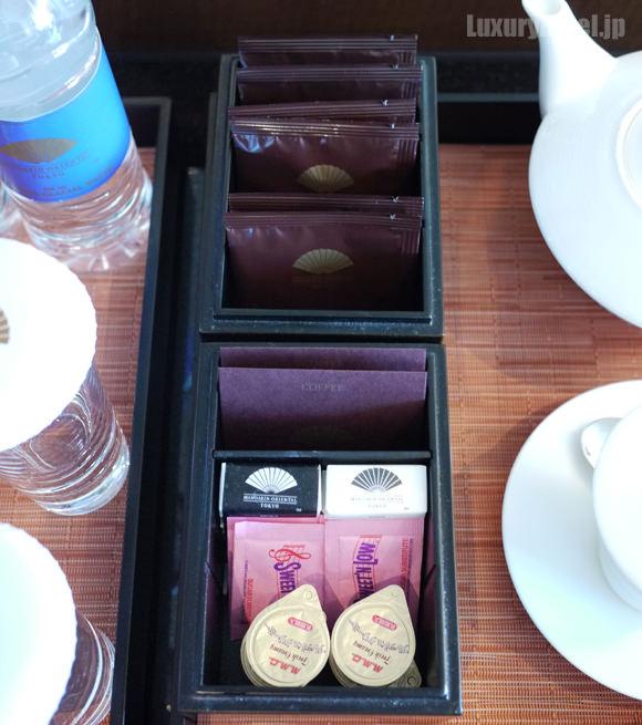 コーヒーと、お茶が3種類、ロゴ入りの砂糖が2種
