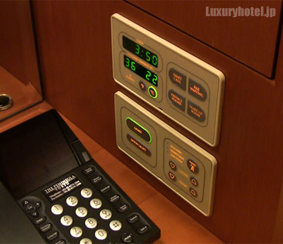 電話機の右にコントロールパネル。