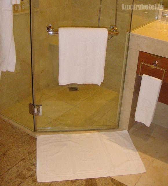 シャワーブースの前にもマットが敷かれます