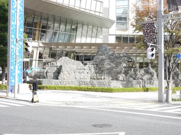 ロビーの外の岩