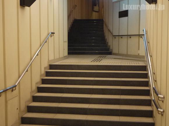 地下鉄A7出口を入ったところ