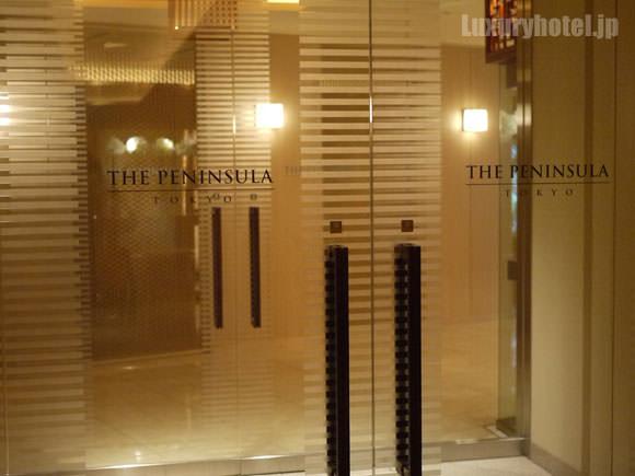 ザ・ペニンシュラ東京地下入口のドア