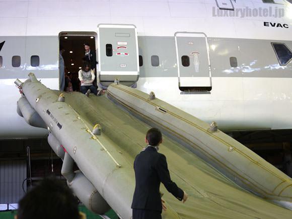 スライドを滑る人々1