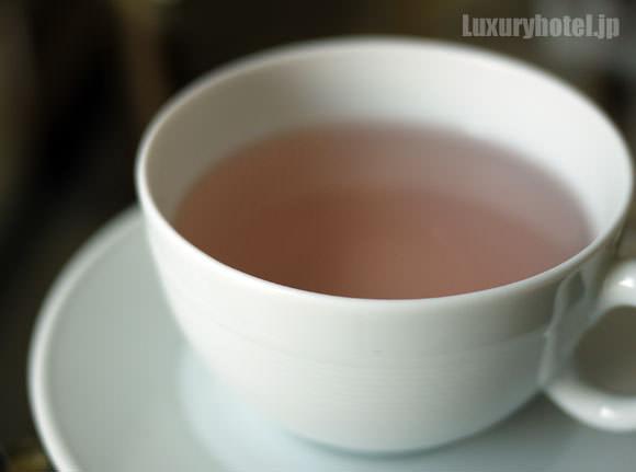 ピンク色になったハイビスカスティー