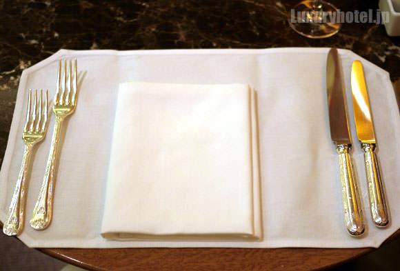 ザ・ペニンシュラ ブティック&カフェ ナイフとフォークが増えた