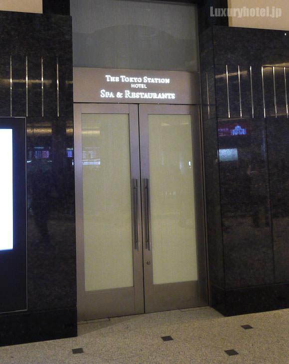 東京ステーションホテル 丸の内南口にある地下への扉