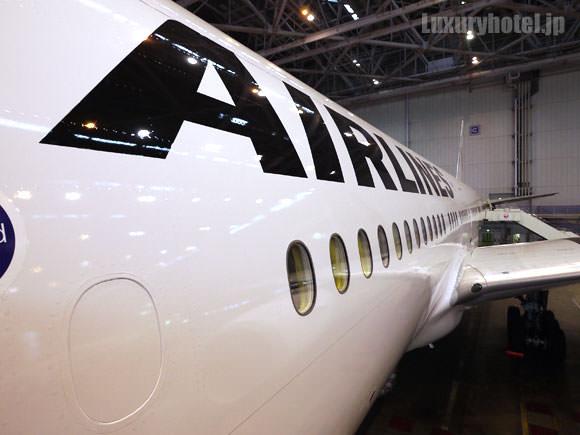 JAL 777新シート体験会 機体画像 タラップから胴体を見たところ