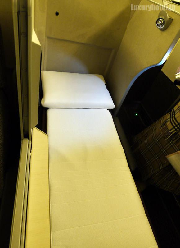 JAL 777新シート ビジネスクラス フルフラット状態