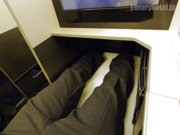JAL 777新シート ビジネスクラス 足は全部のばせる