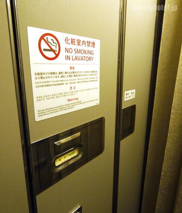 JAL 777 ファーストクラス トイレ入り口