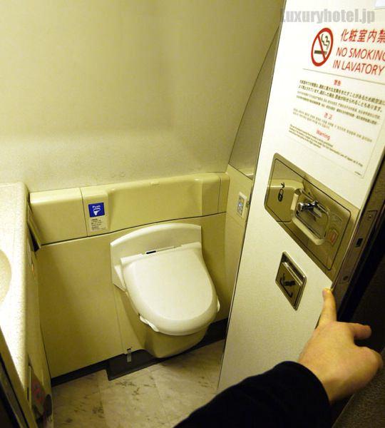 JAL 777 ファーストクラス トイレのドアを開けたところ
