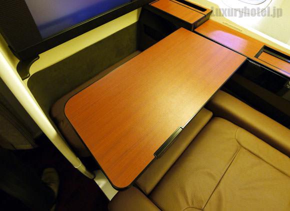 JAL 777 ファーストクラス テーブルは移動できる