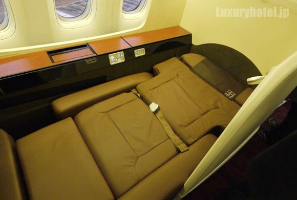 JAL 777 ファーストクラス フルフラット状態
