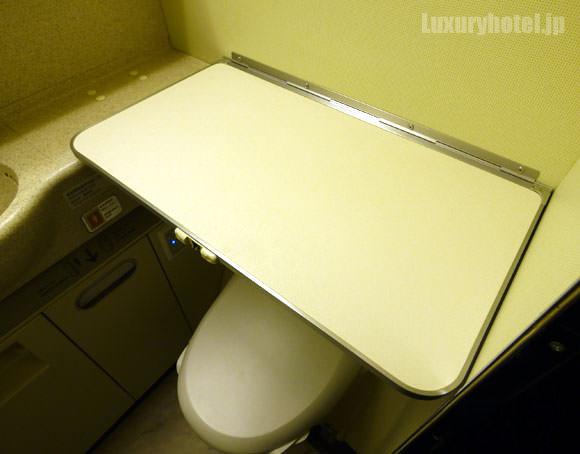JAL 777 プレミアムエコノミー トイレ 台を広げた