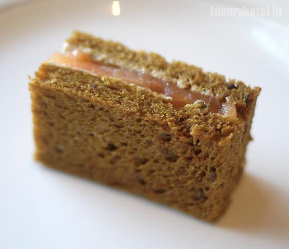 スモークサーモンとケッパーマスタードバターのサンドウィッチ