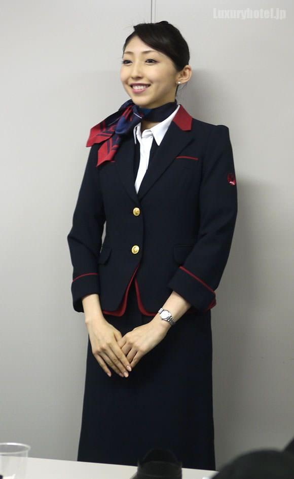 JAL キャビンアテンダント 新制服ジャケット着用全身