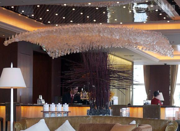 シャングリ・ラ ホテル 東京 ロビーラウンジ カウンター上のシャンデリア
