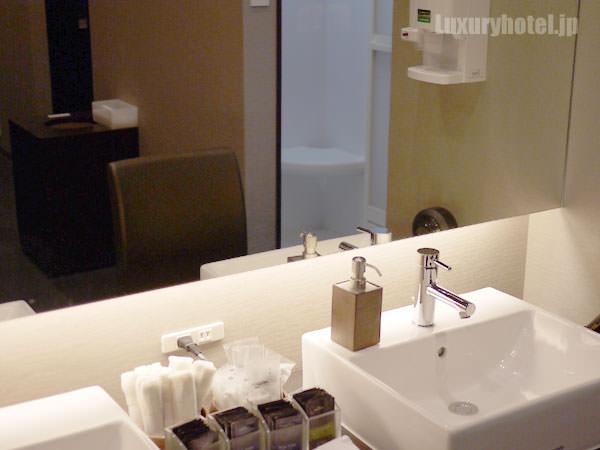 ライザップ ロッカールームの洗面所