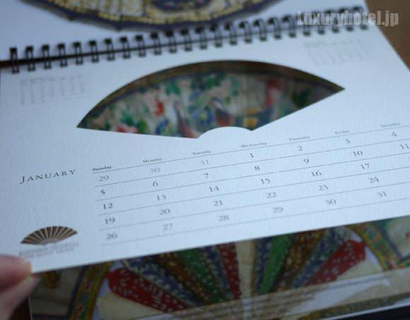 卓上カレンダーの扇マークは切り抜かれている