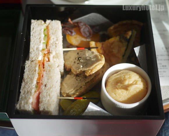 パレスホテル東京 アフタヌーンティー お重の中身その1 サンドイッチやスコーンなど
