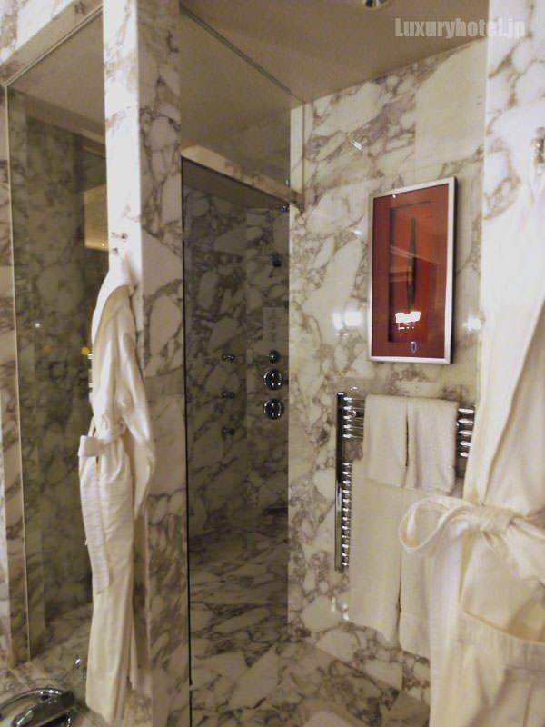プレジデンシャルスイート バスルーム シャワーはガラスで仕切られている