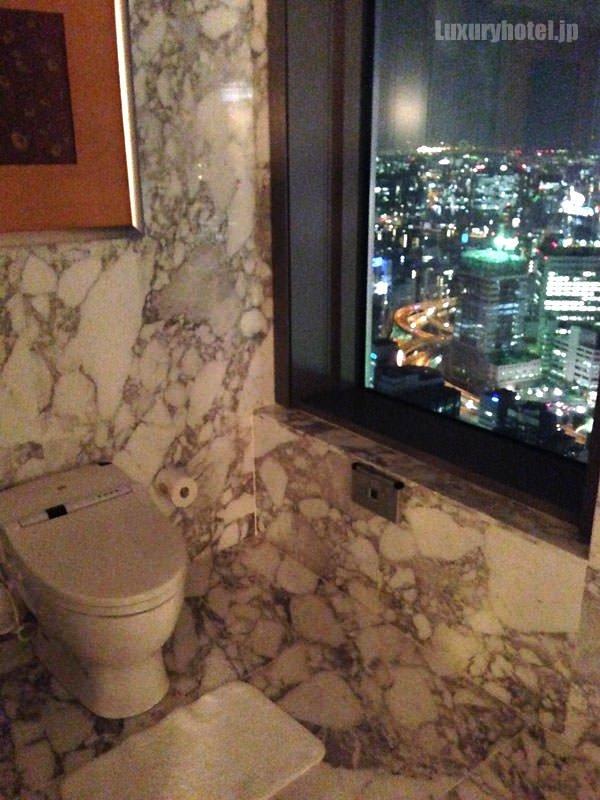 マンダリン オリエンタル 東京 プレジデンシャルスイート トイレからも夜景