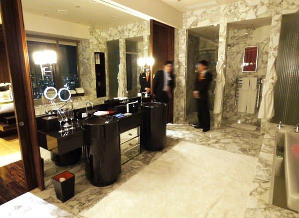 マンダリン オリエンタル 東京 プレジデンシャルスイート バスルームを窓側から撮影