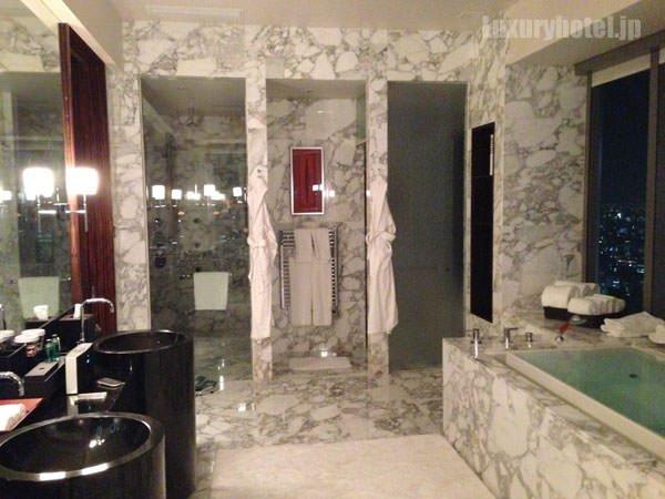 プレジデンシャルスイート バスルーム 窓の反対側の奥にはシャワーとトイレ