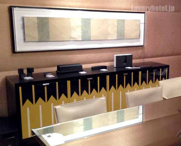 マンダリン オリエンタル 東京 プレジデンシャルスイート ダイニングルーム 棚にボーズの製品