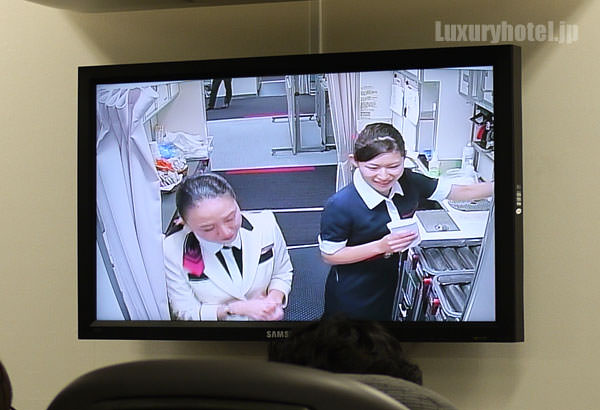 JAL見学会 訓練用モックアップには前方にギャレーが映し出されるモニターがある