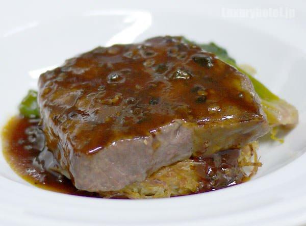 JALビジネスクラス機内食BEDD メインディッシュ 和牛サーロインのソースペリグー パイヤッソン添え