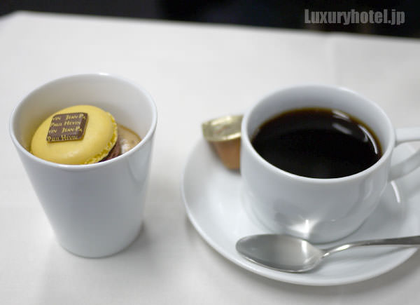 JALビジネスクラス機内食BEDD デザート カフェのエスプーマとジャン=ポール・エヴァン マカロン ミエリン