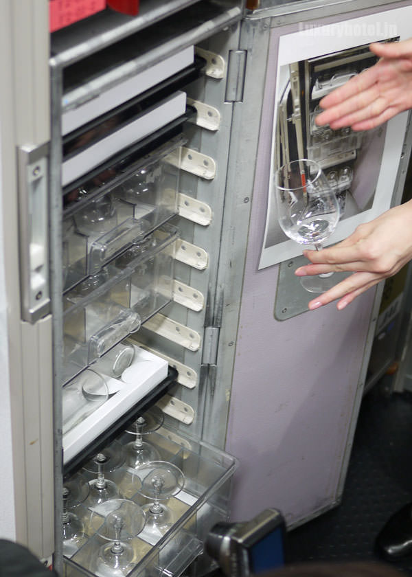 JAL特別見学会 ギャレー訓練用モックアップ ワイングラスの棚