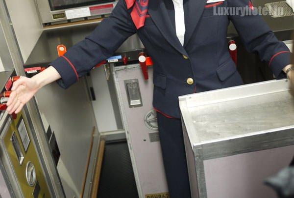JAL特別見学会 ギャレー訓練用モックアップ 倍の長さがある棚もある