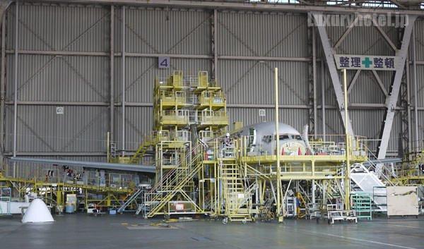 JAL 整備工場 足場が組まれ整備中の飛行機