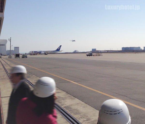 JAL 整備工場 外は旅発つ飛行機が行き来している