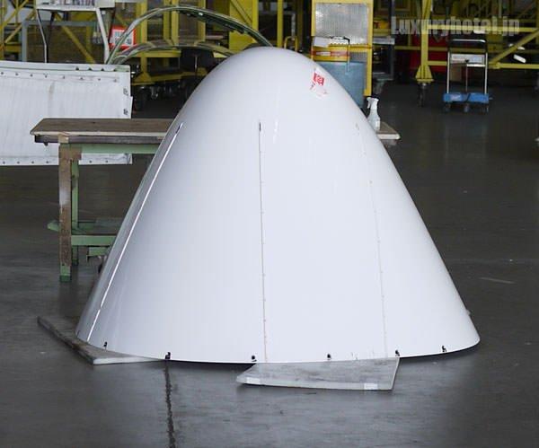 JAL 整備工場 飛行機の先端部分がはずされて置いてある