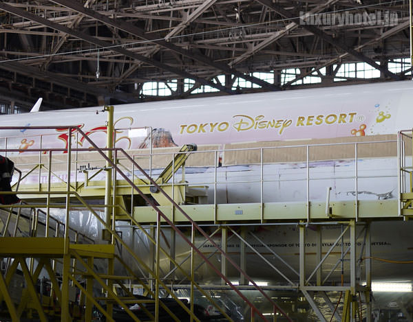 JAL 整備工場 よく見るとディズニーの塗装